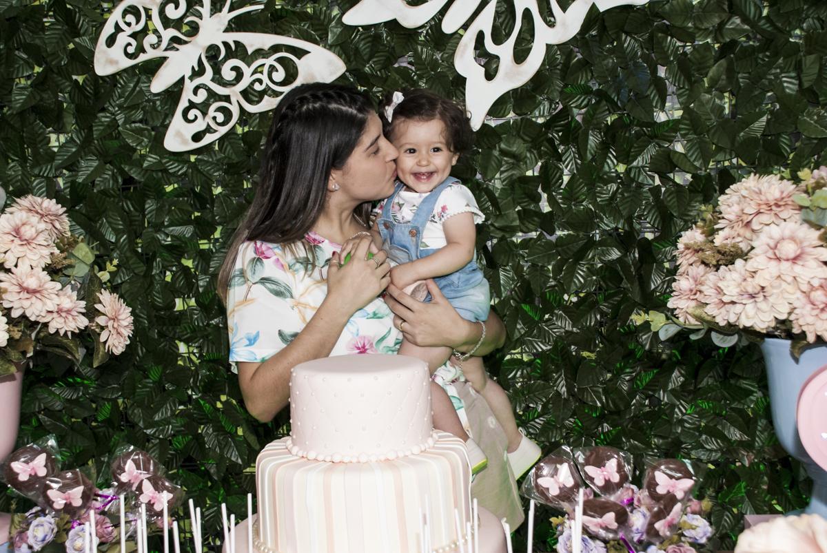 beijo carinhoso da mamãe na aniversariante