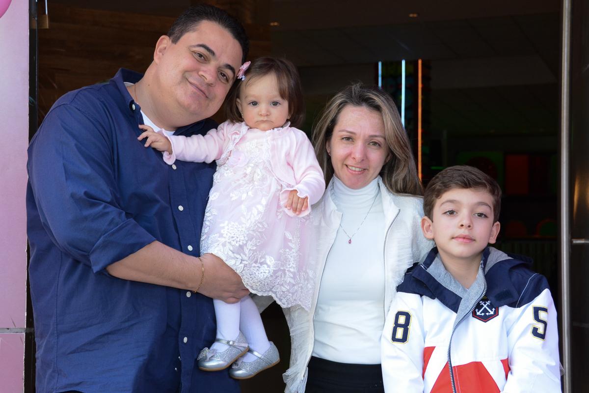 Lorena com mamãe e papai no Buffet Planeta Kids - SP
