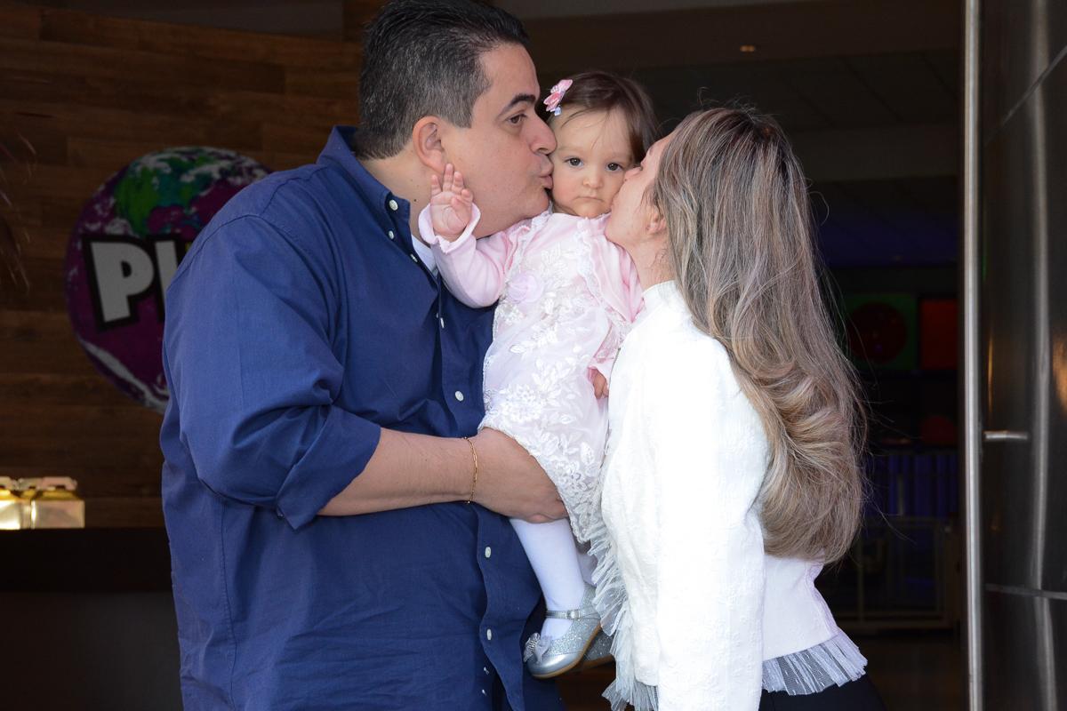Lorena sendo beijada pelo papai e mamãe no Buffet Planeta Kids, São Paulo - SP