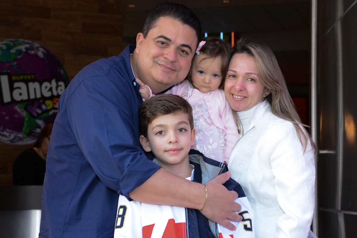 Lorena e família no arco de bexigas  no Buffet Planeta Kids, São Paulo - SP