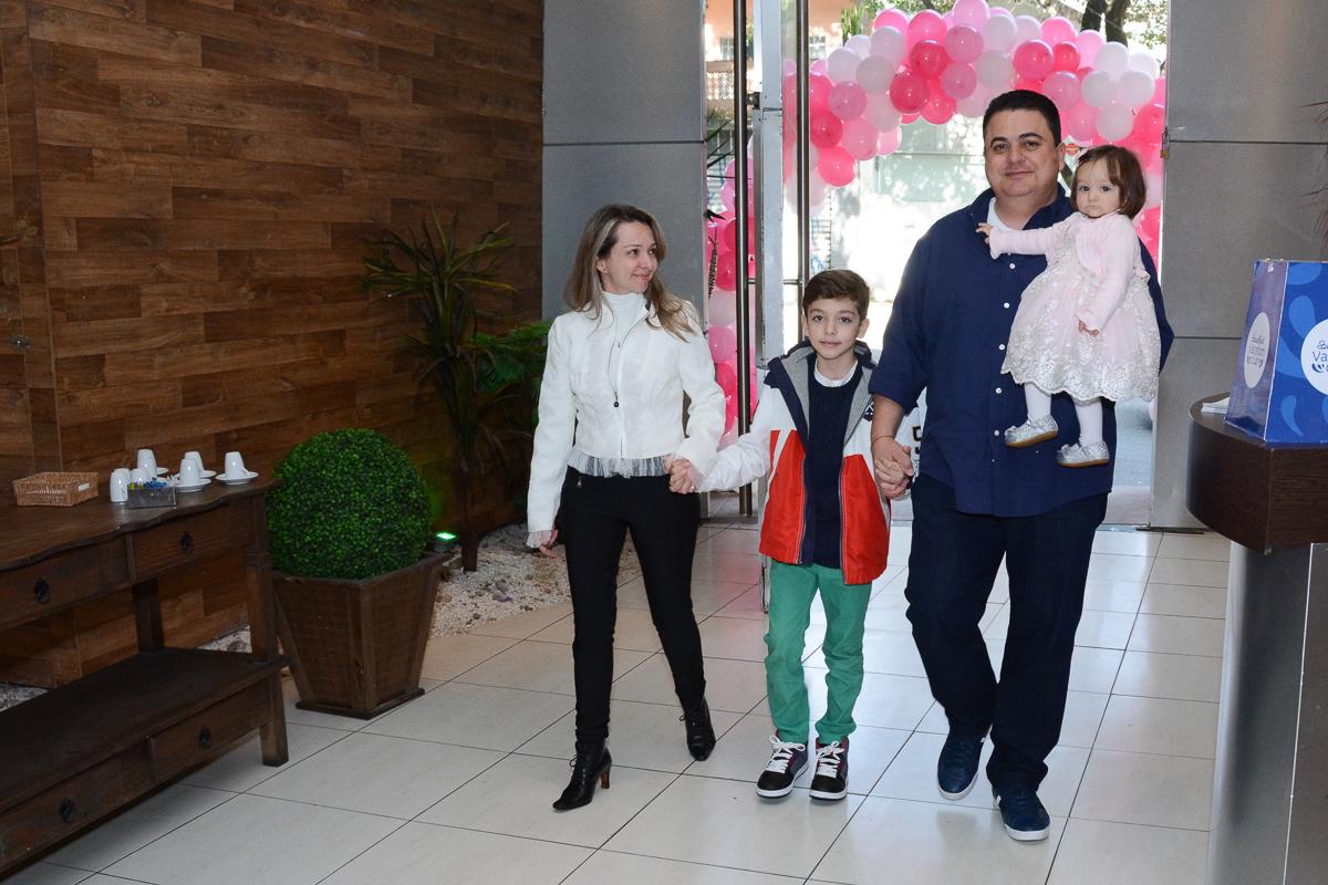 Entrada de Lorena e família  no Buffet Planeta Kids, São Paulo - SP