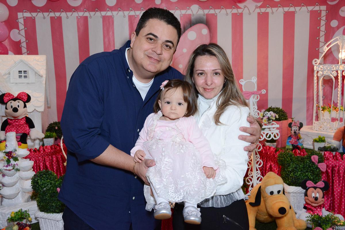 Lorena com papai e mamãe na mesa decorada  no Buffet Planeta Kids, São Paulo - SP