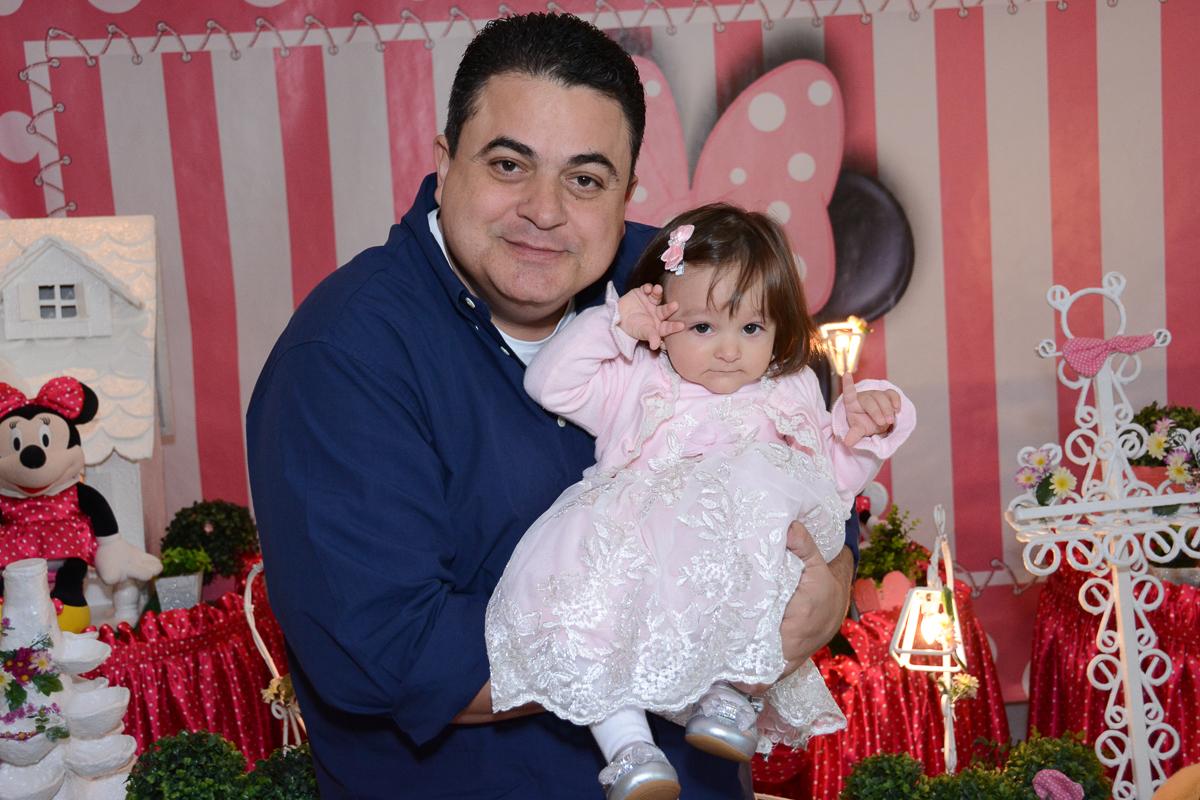 Lorena no colo do papai em frente a mesa decorada  no Buffet Planeta Kids, São Paulo - SP