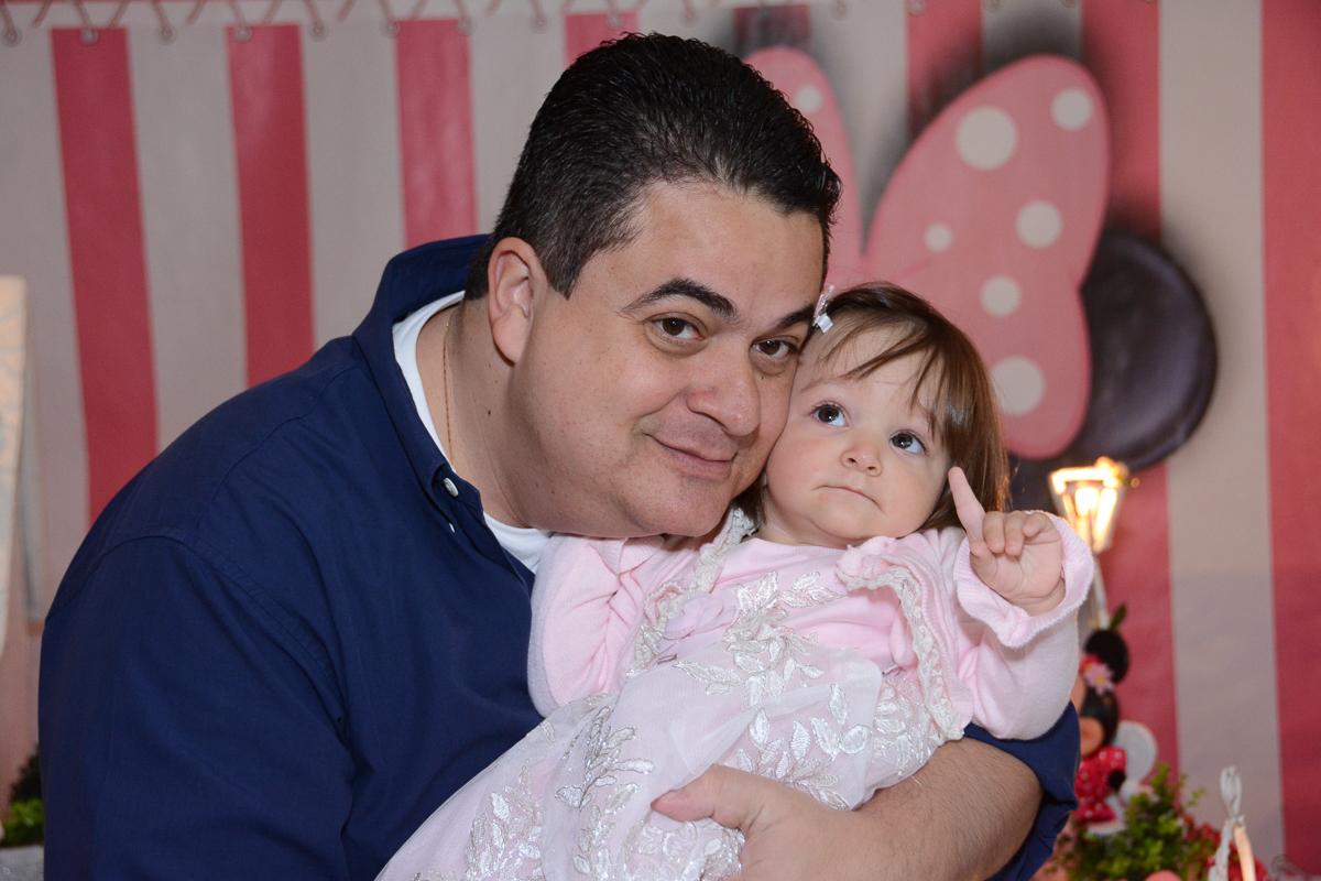 Papai de rostinho colado com Lorena em frente a mesa decorada  no Buffet Planeta Kids, São Paulo - SP