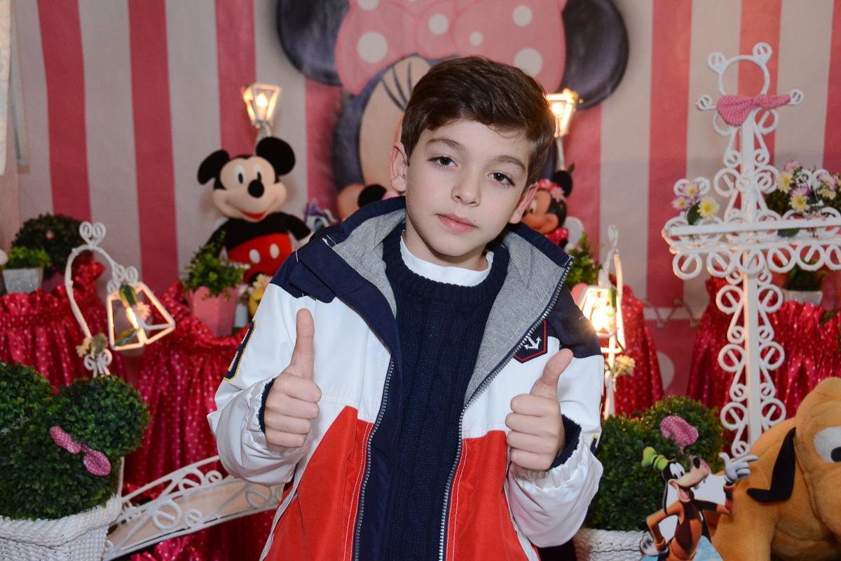 O irmãozinho de Lorena em frente a mesa decorada  no Buffet Planeta Kids, São Paulo - SP