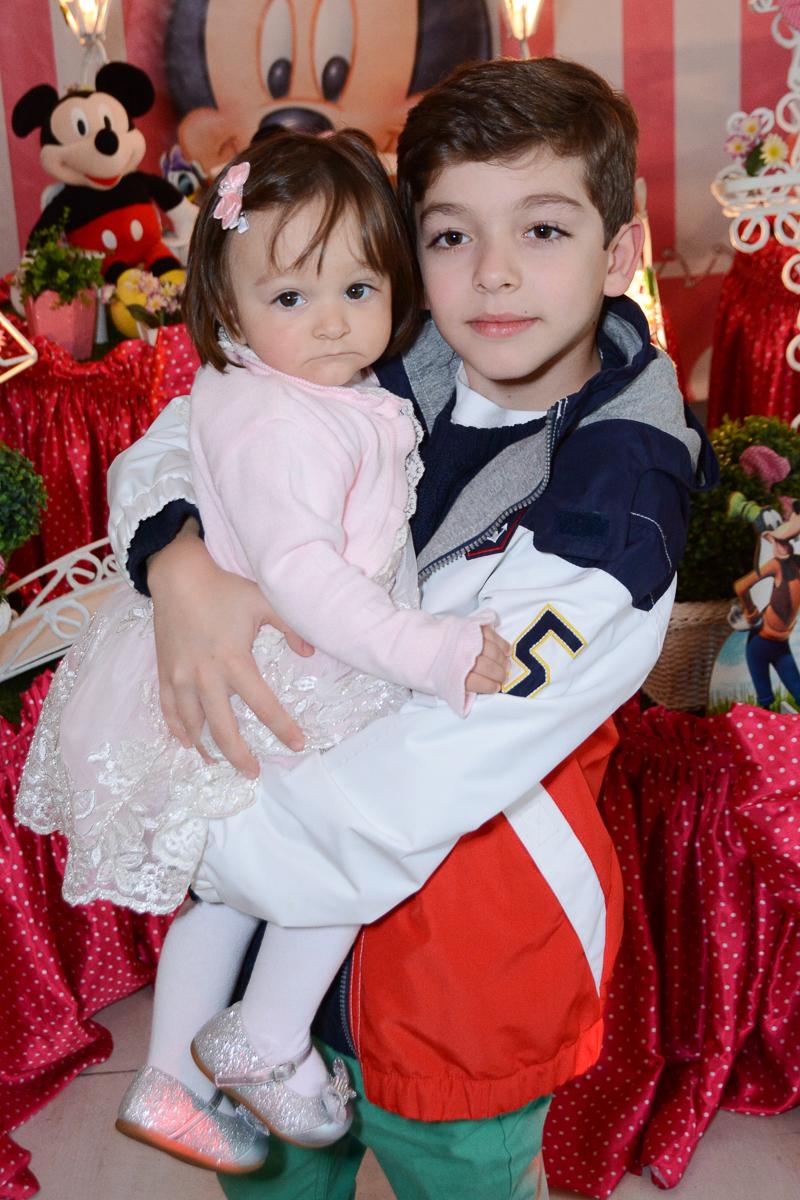 Lorena e irão em frente a mesa decorada  no Buffet Planeta Kids, São Paulo - SP