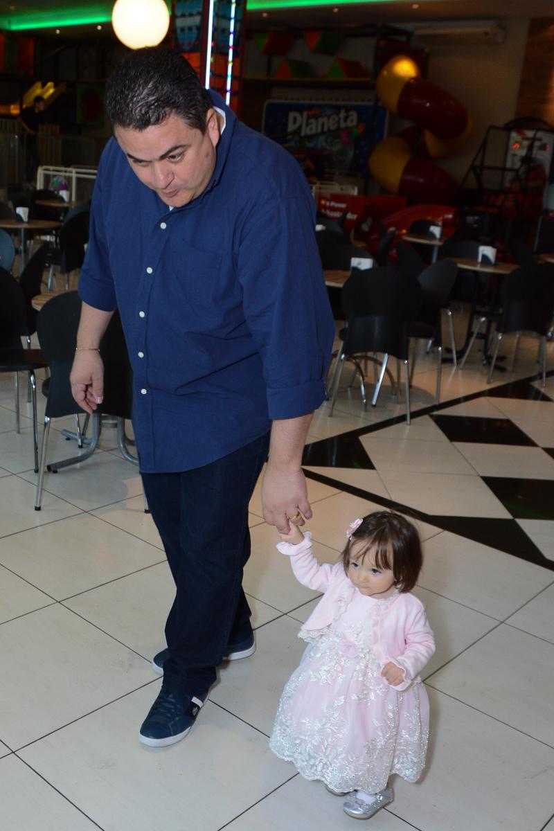Papai passeando com Lorena  no Buffet Planeta Kids, São Paulo - SP