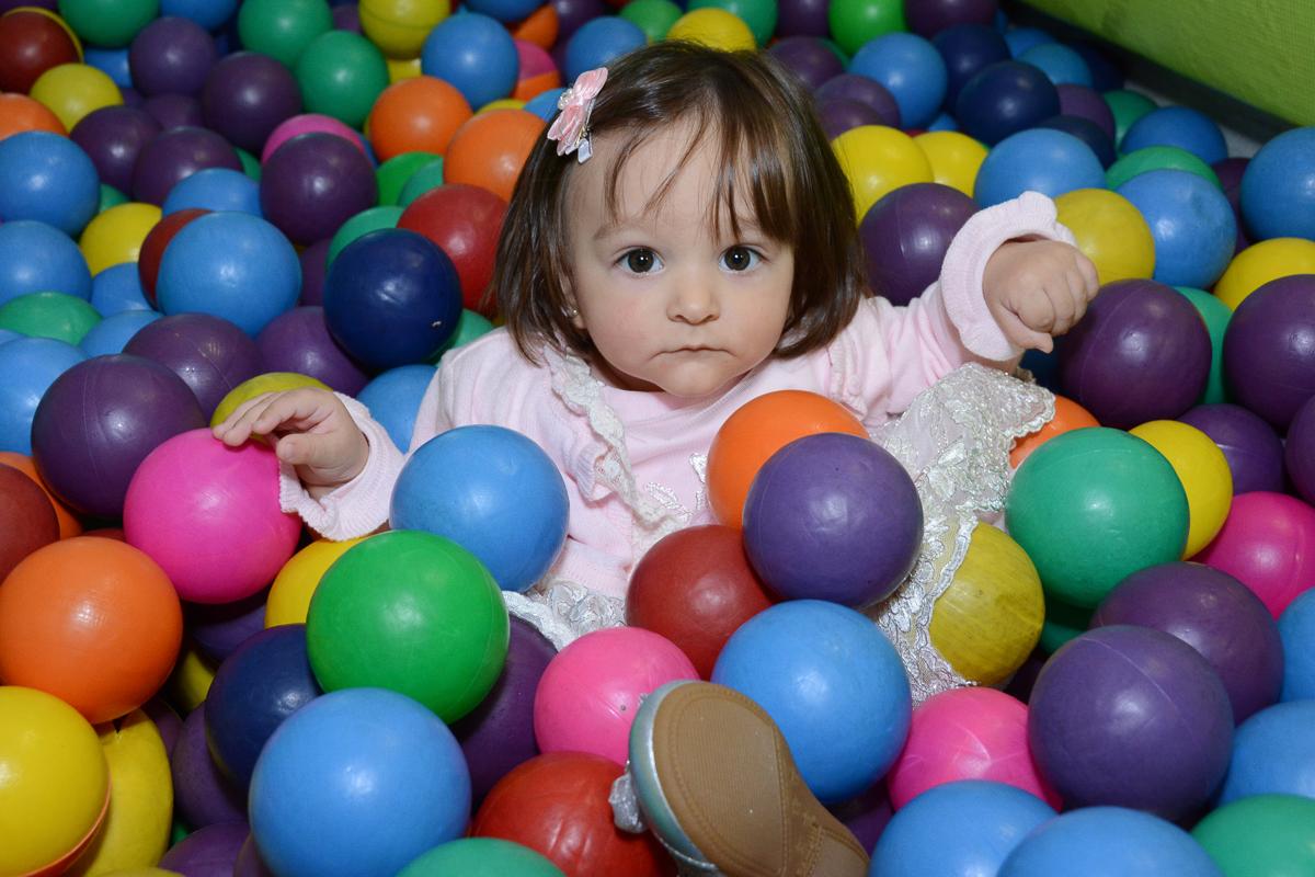 Lorena na piscina de bolinha  no Buffet Planeta Kids, São Paulo - SP