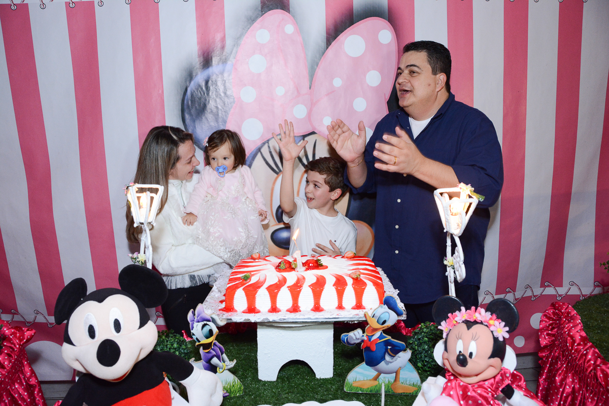 Família cantando parabéns  no Buffet Planeta Kids, São Paulo - SP