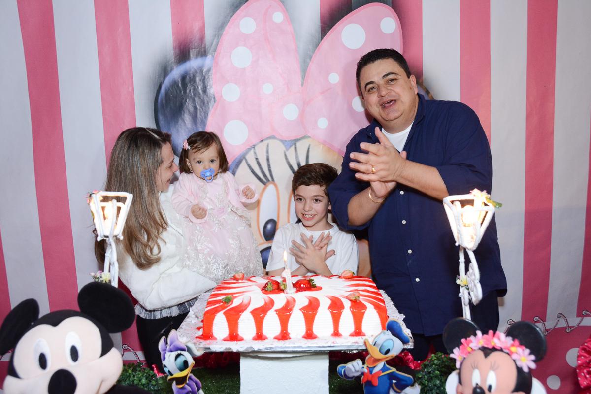 Família em frente a mesa do parabéns  no Buffet Planeta Kids, São Paulo - SP