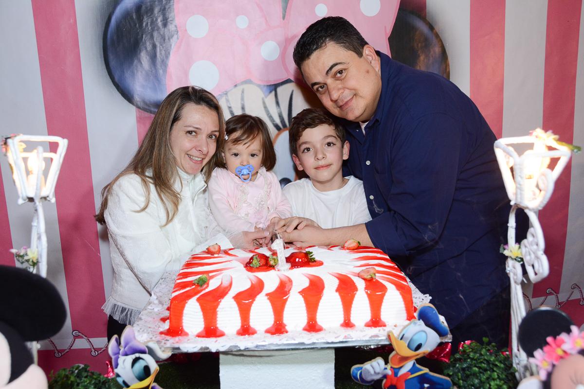 Família feliz na festa da Lorena  no Buffet Planeta Kids, São Paulo - SP