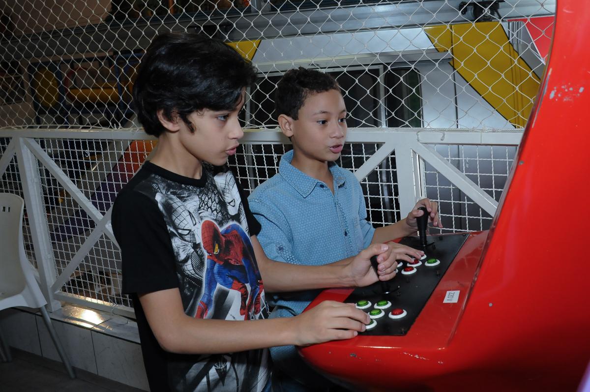 Aniversariante e amiguinho jogando  Buffet Zureta-Osasco -SP