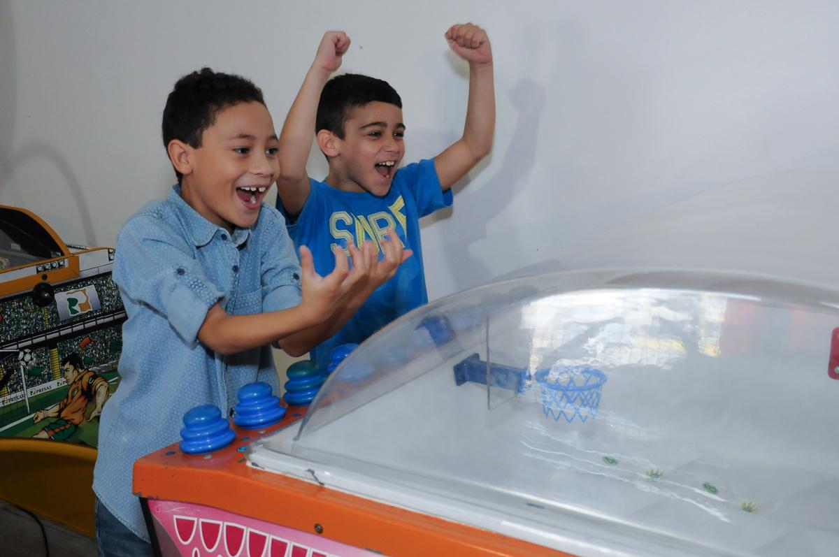 Gabriel e amigo se divertindo em sua festa de aniversário  Buffet Zureta-Osasco -SP