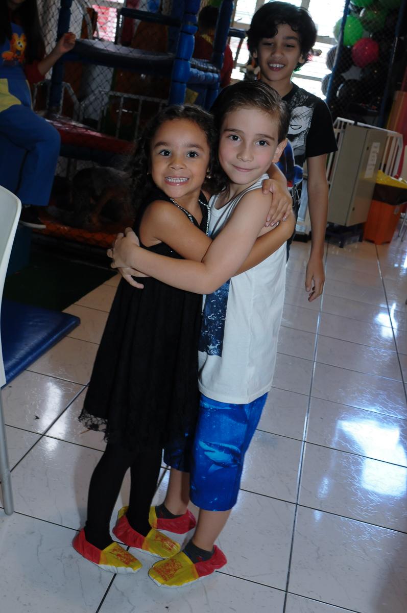 Anna abraçando amiguinho em  Buffet Zureta-Osasco -SPsua festa