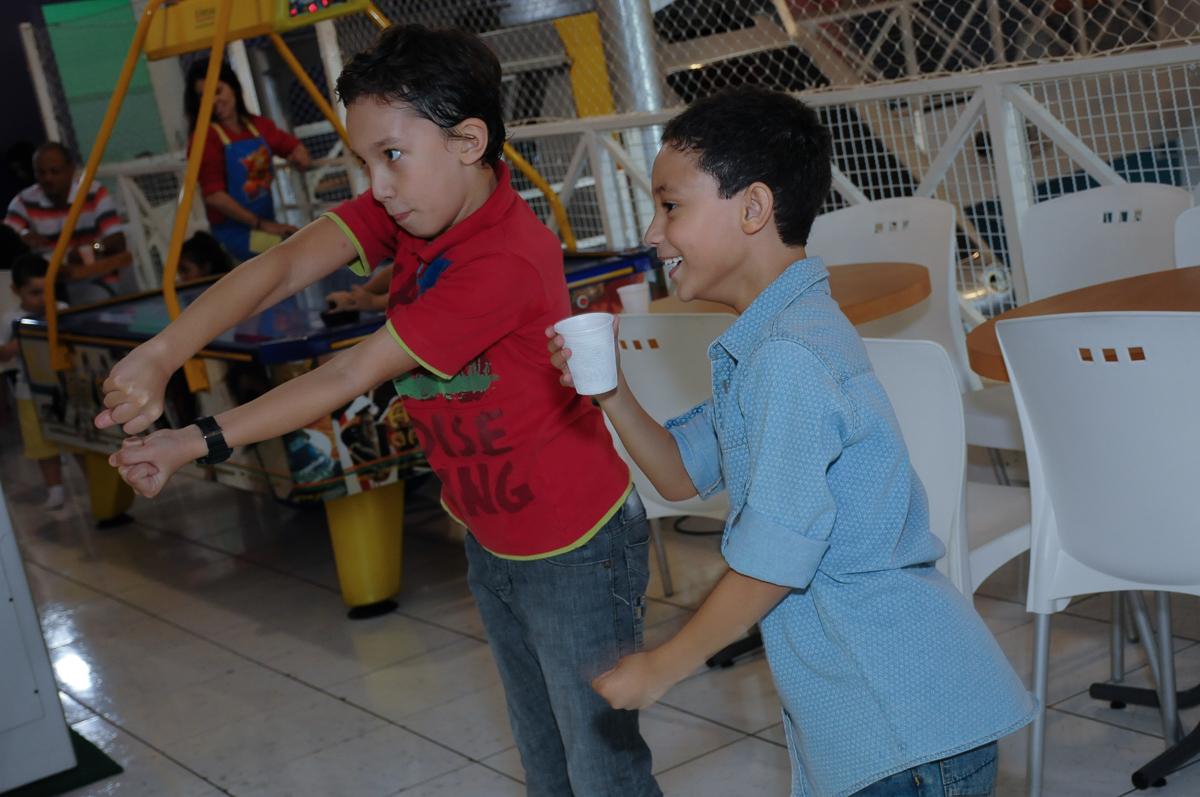 Amigos X Box brincando  Buffet Zureta-Osasco -SP