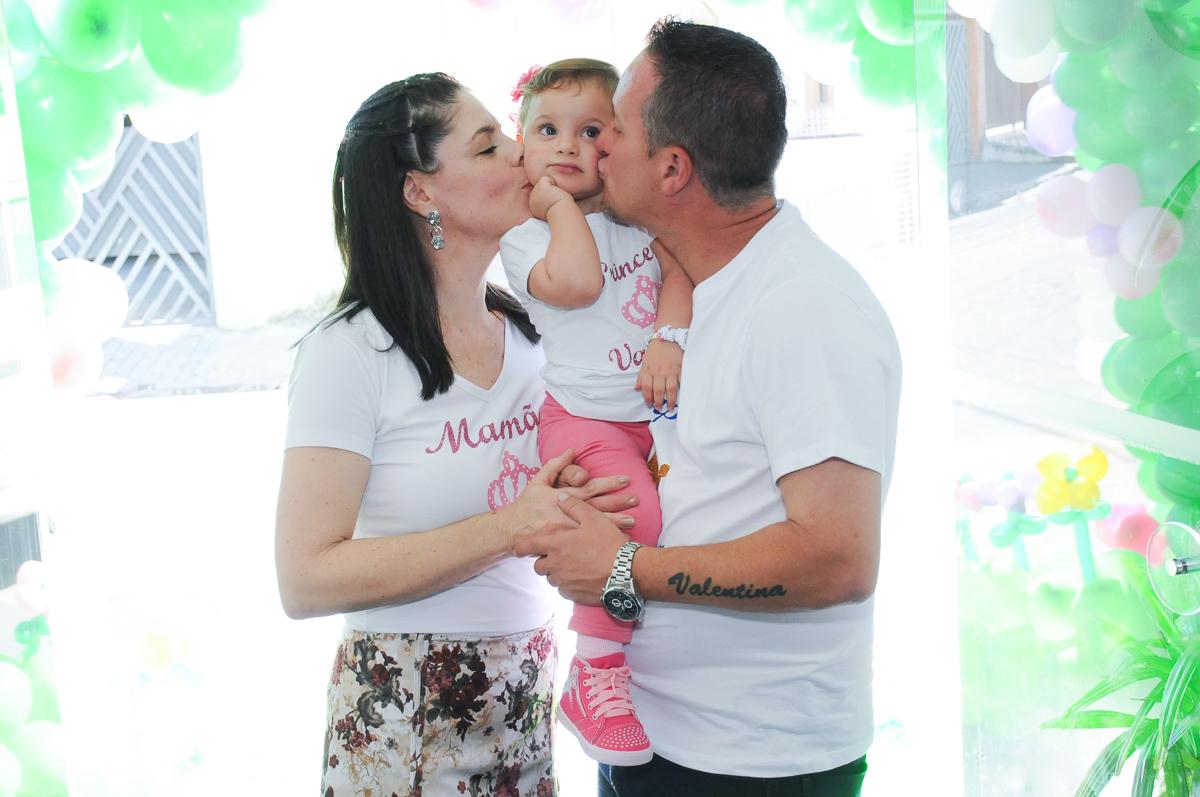 papai e mamãe beijando a valentina no Buffet Fábrica da Alegria