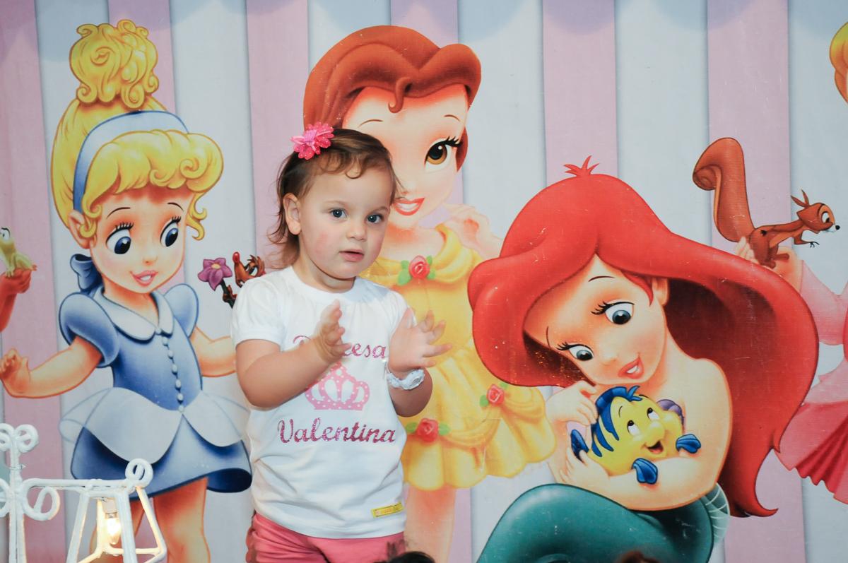 Valentina em frente a mesa decorada no Buffet Fábrica da Alegria
