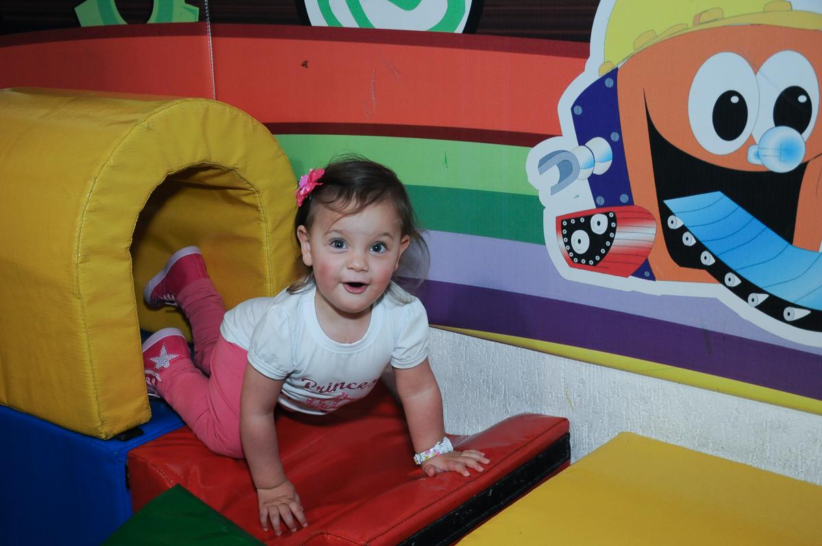 aniversariante brincando na área baby no Buffet Fábrica da Alegria, Osasco