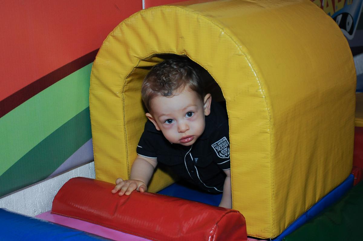 amiguinho brincando na área baby no Buffet Fábrica da Alegria, Osasco