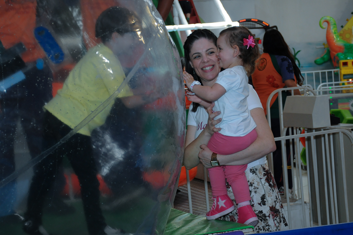 mamãe e valentina brincando no Buffet Fábrica da Alegria, Osasco
