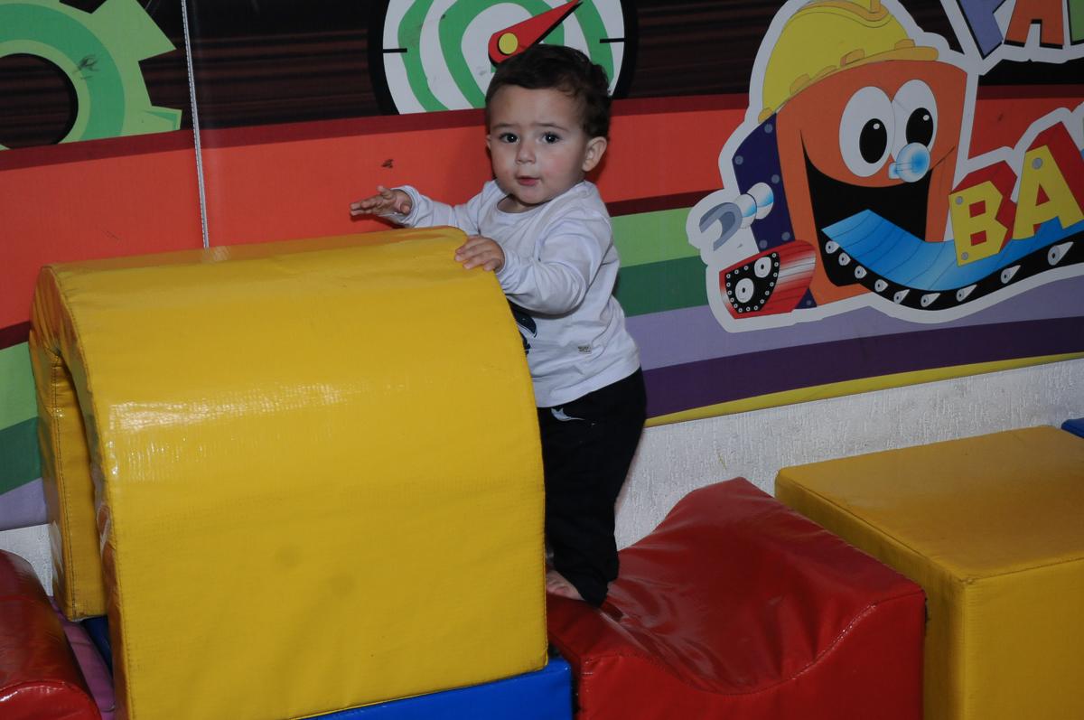 criança brincando na área baby no Buffet Fábrica da Alegria, Osasco