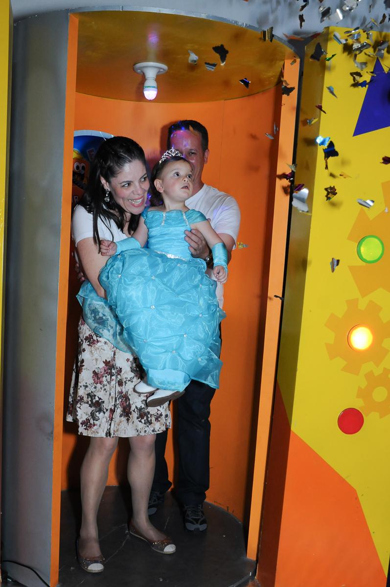 os pais e aniversariante saindo da máquina do parabéns no Buffet Fábrica da Alegria, Osasco