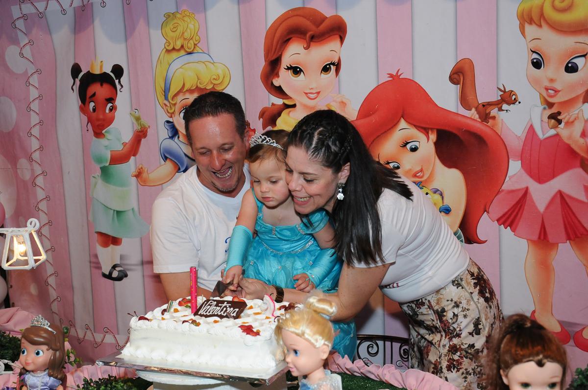 papai,mamãe, e valentina cortando o bolo no Buffet Fábrica da Alegria, Osasco