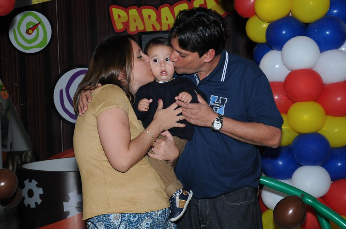 Lucas ganhando beijinho dos pais na frente do Buffet Fábrica da Alegria, SP