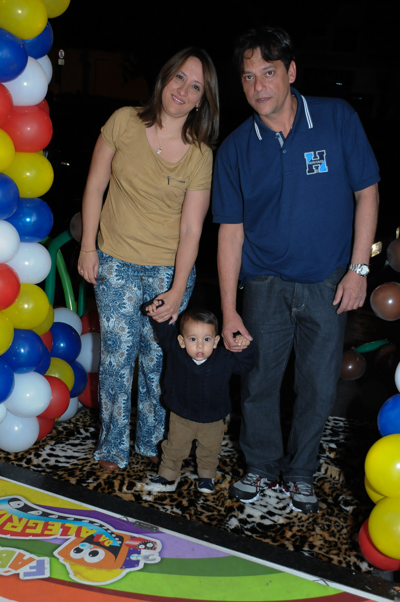 entrada do aniversariante com os pais no Buffet Fábrica da Alegria, SP