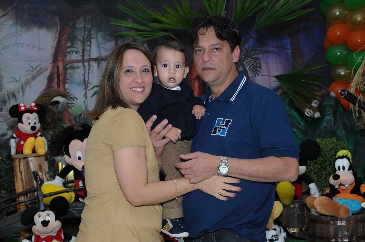 papai e mamãe na frente da mesa do mickey no Buffet Fábrica da Alegria, SP