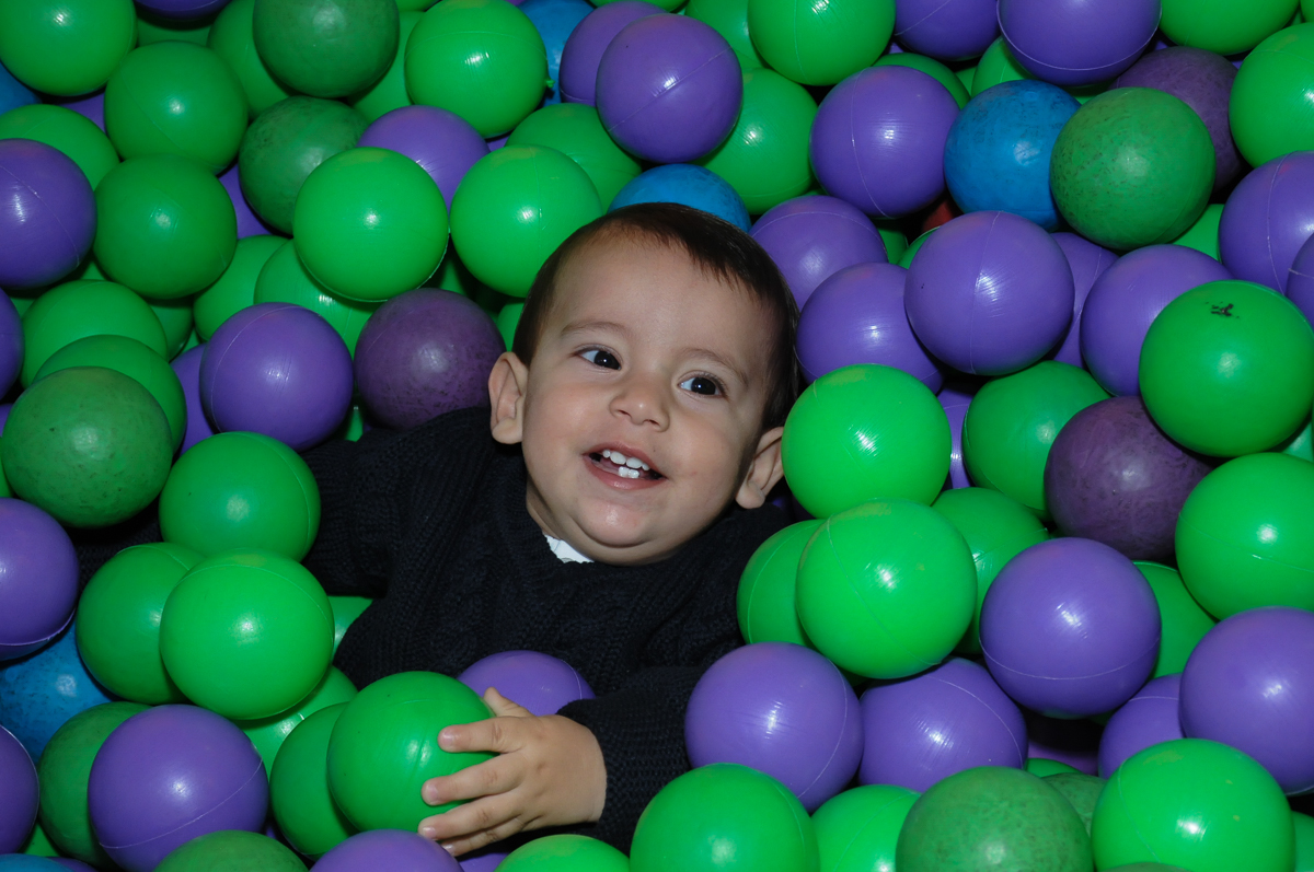 lucas brincando na piscina de bolinha no Buffet Fábrica da Alegria, SP