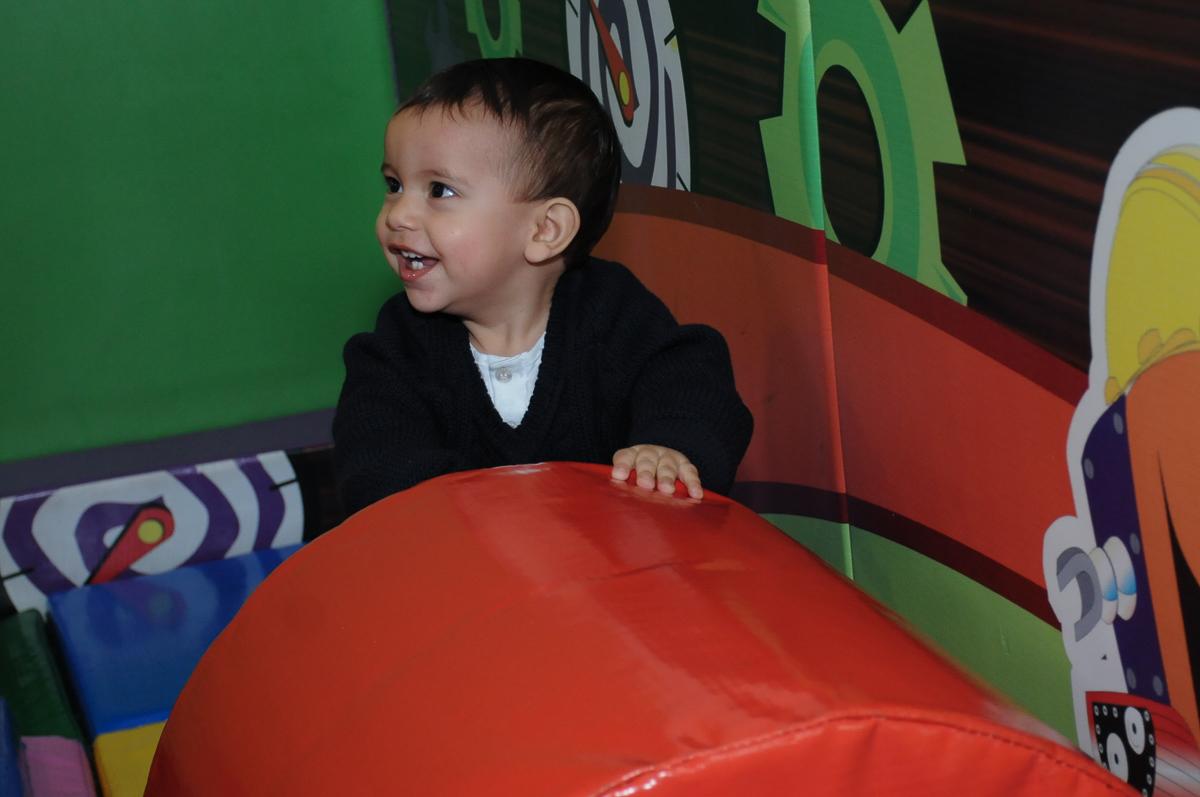 lucas se divertindo na área baby no Buffet Fábrica da Alegria, SP