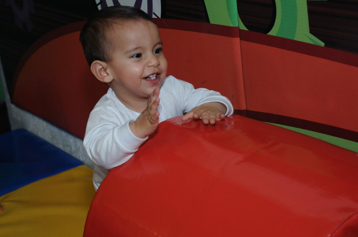 lucas é só alegria na área baby do Buffet Fábrica da Alegria, SP