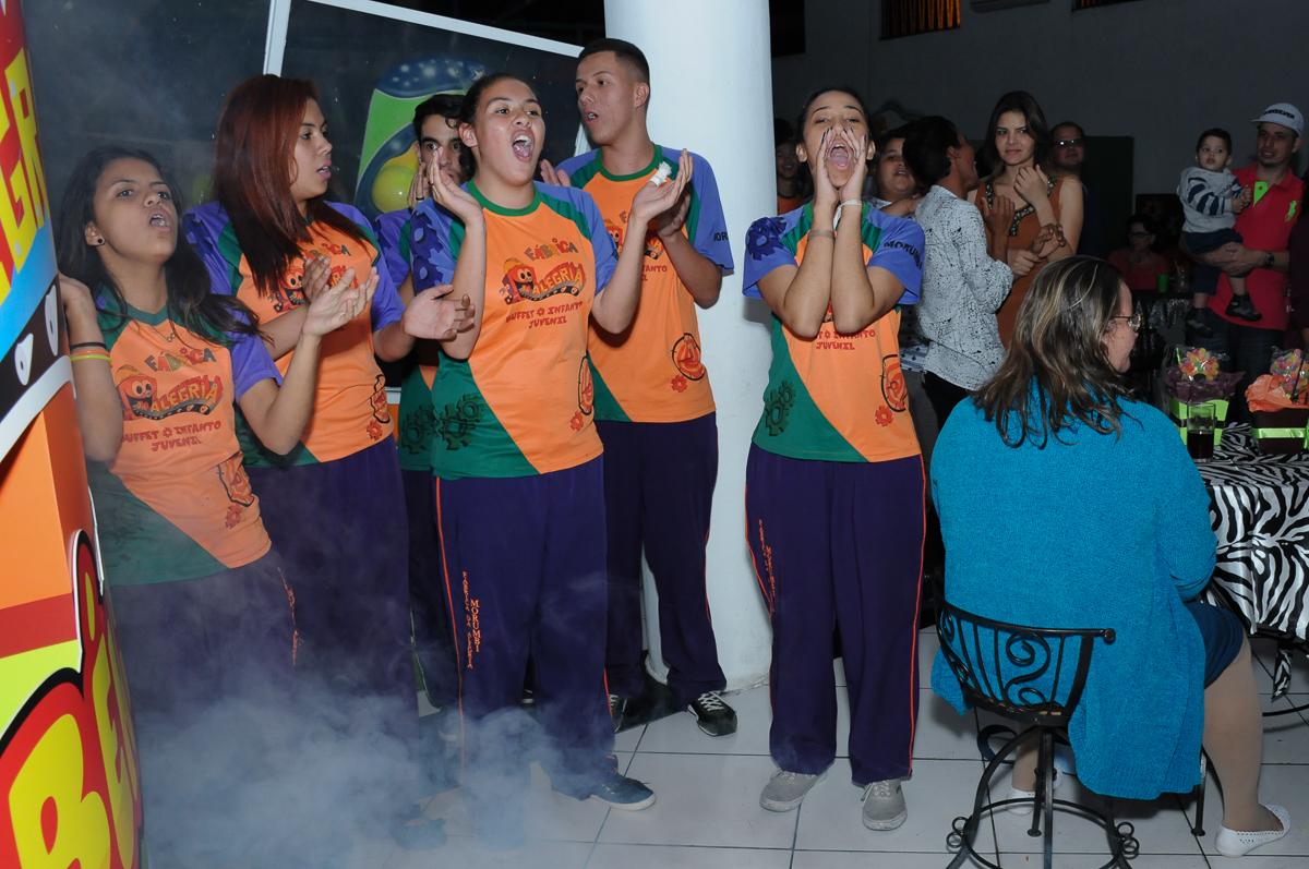 munitores cantando parabéns para o lucas no Buffet Fábrica da Alegria, SP
