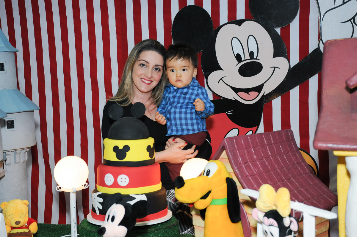 caio e a mamãe na mesa decorada do mickey no fachada do buffet magic joy, saude