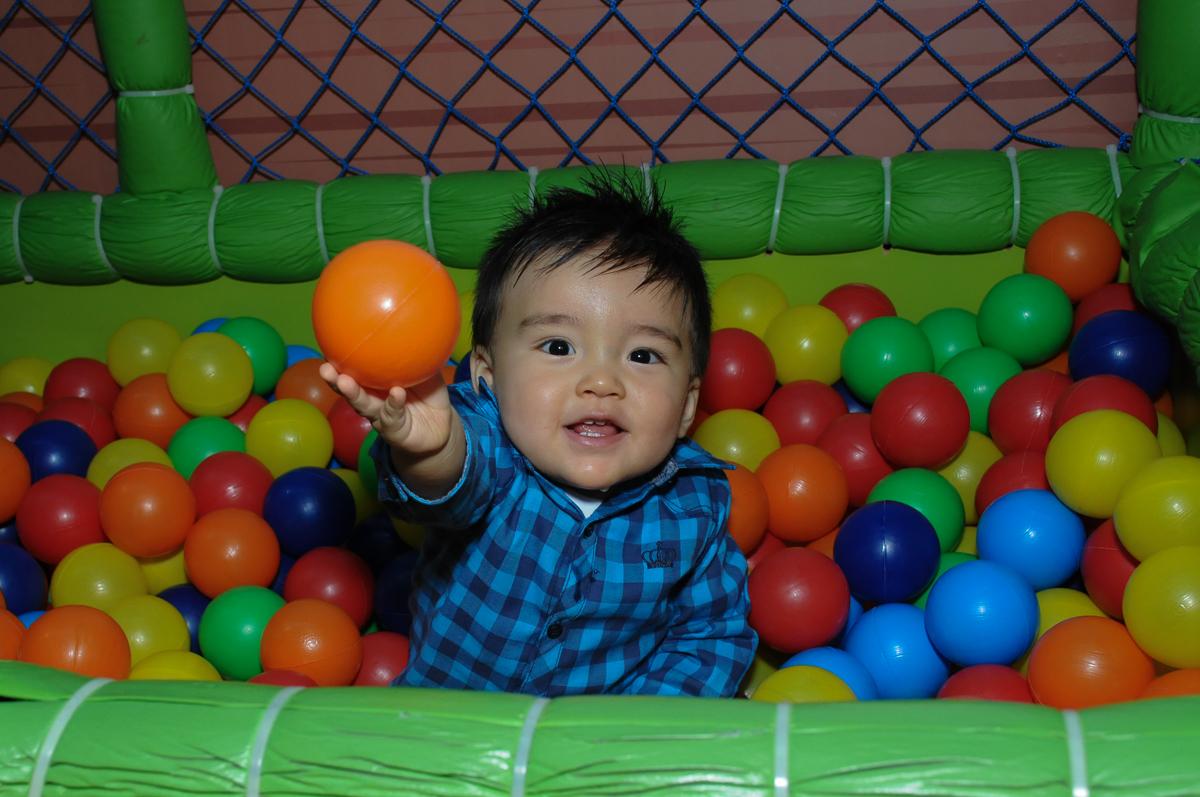 Caio brincando na piscina de bolinha no fachada do buffet magic joy, saude