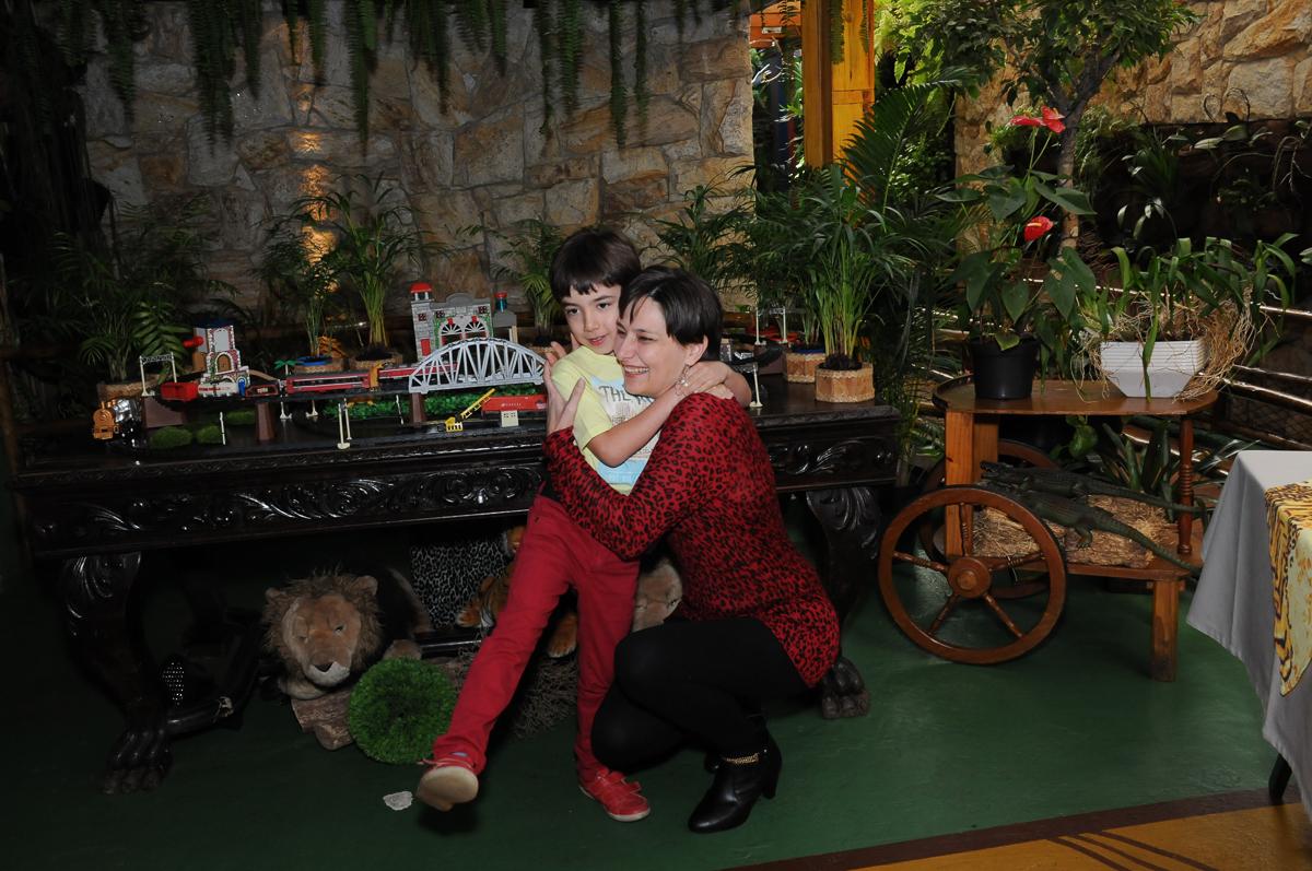 abraço carinhoso de breno e sua mamãe no Buffet Saphari - Campo Belo