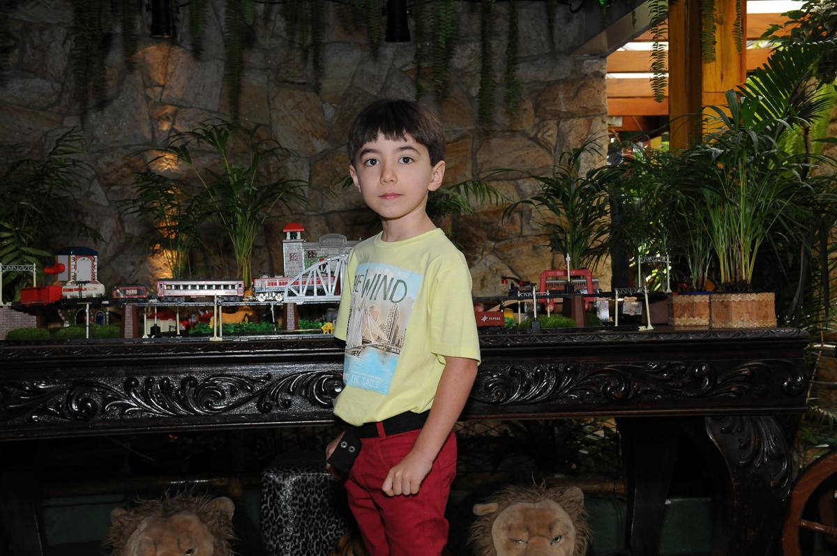 brenoem frente a mesa decorada tema safari no Buffet Saphari - Campo Belo