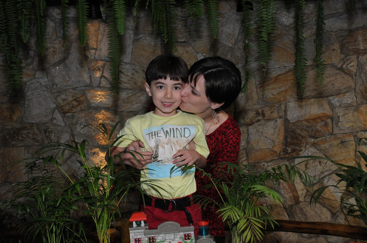 breno ganhando beijinho da mamãe no Buffet Saphari - Campo Belo