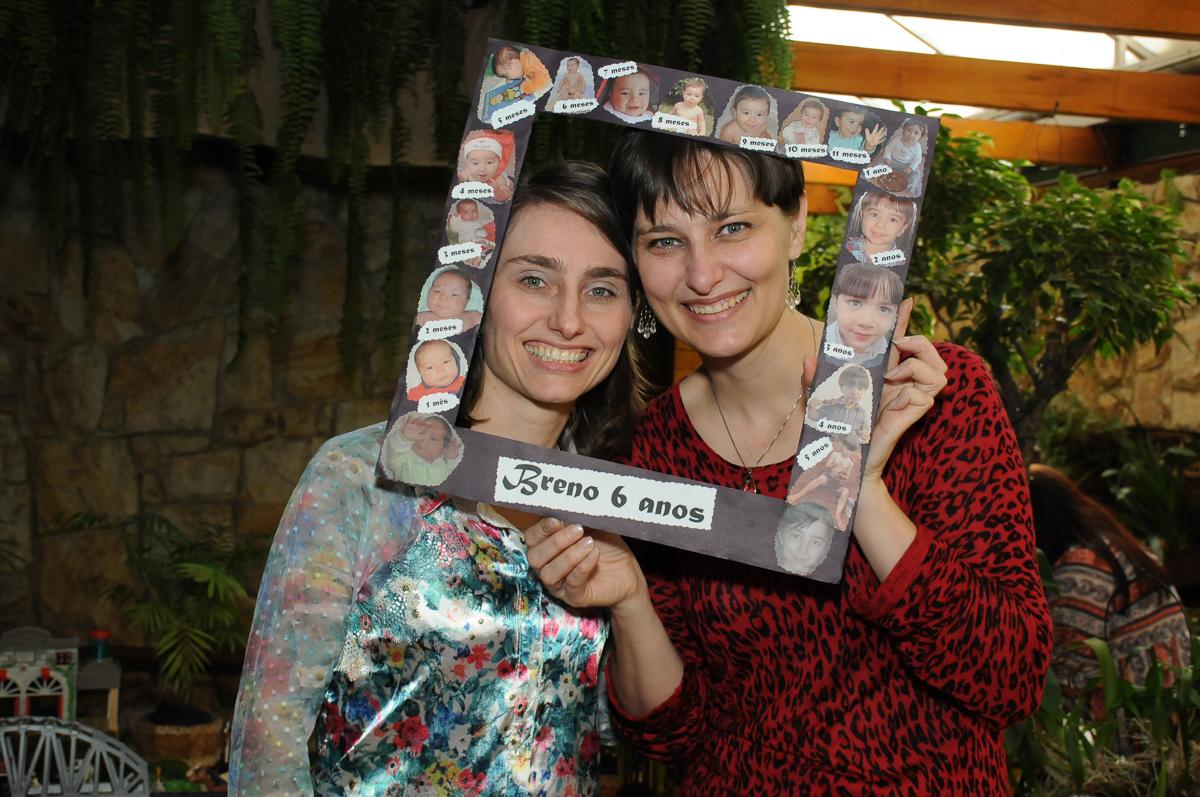 mãe e tia do breno na moldura do quadro no Buffet Saphari - Campo Belo