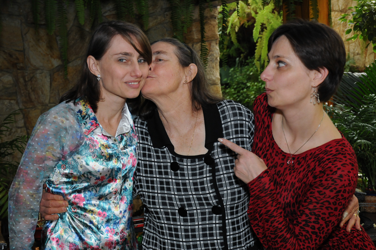 tia do breno ganhando beijo da vó no Buffet Saphari - Campo Belo
