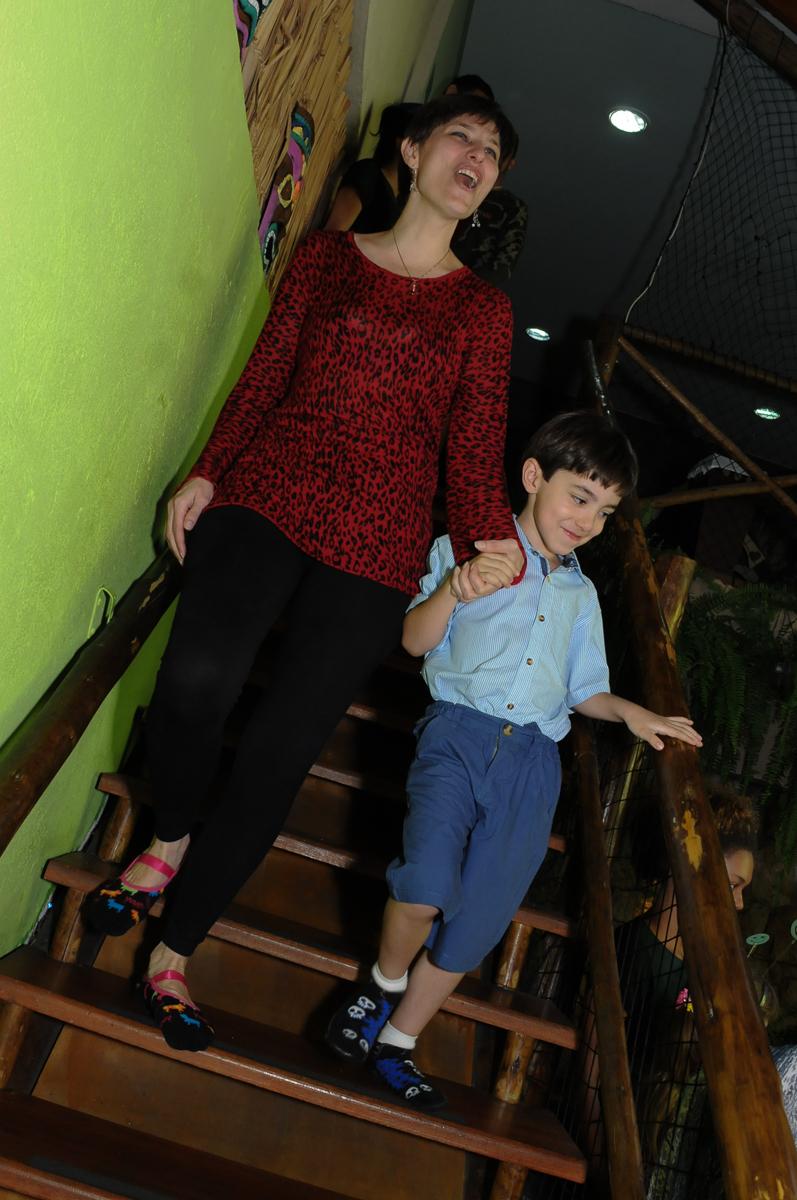 breno e sua mãe indo para o parabéns no Buffet Saphari - Campo Belo
