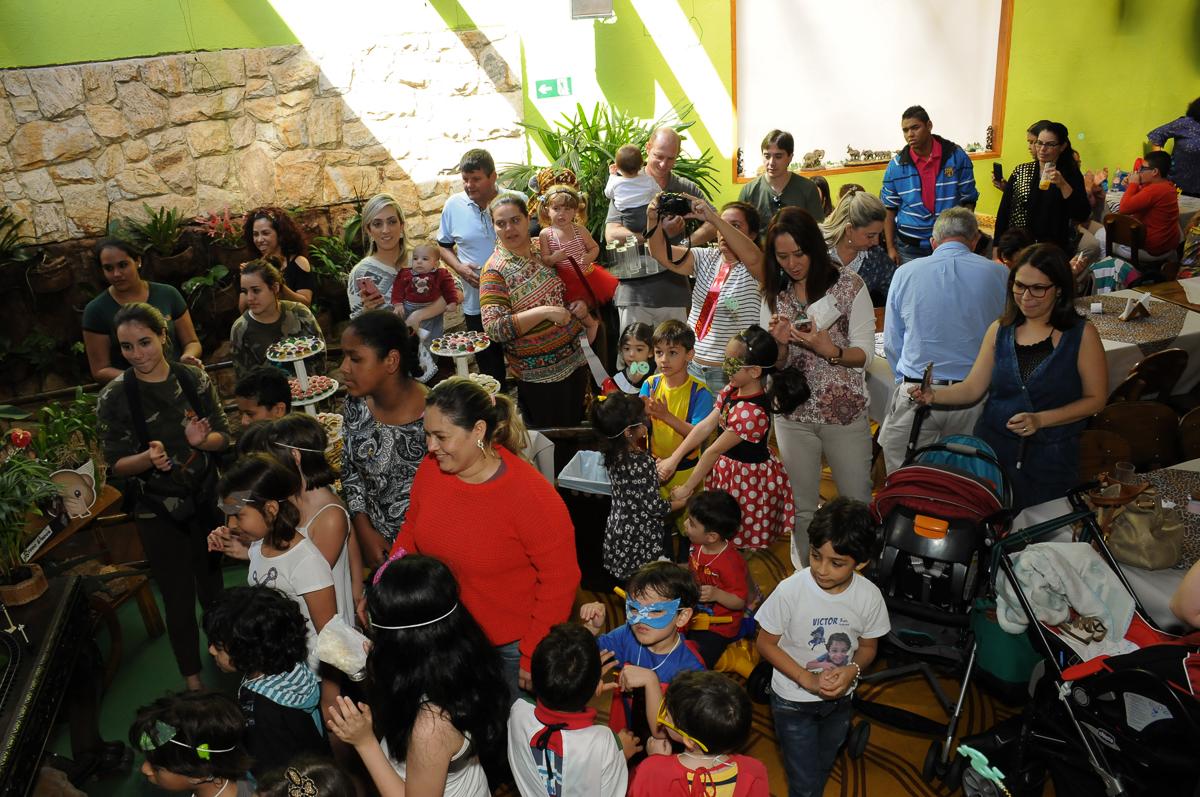 amigos cantando parabéns para o breno no Buffet Saphari - Campo Belo