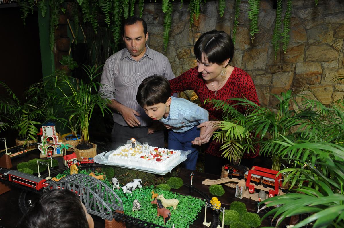 breno soprando a velinha do bolo no Buffet Saphari - Campo Belo