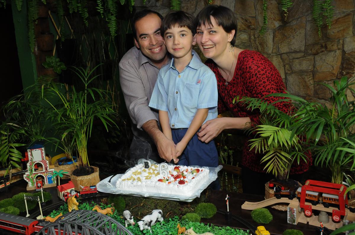 pose para foto da família na mesa do bolo no Buffet Saphari - Campo Belo