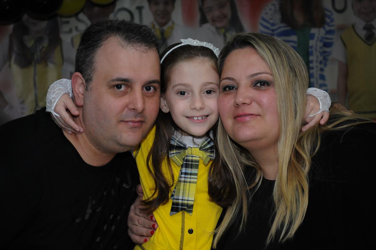 aniversariante com os pais em frente a mesa decorada carrossel no Buffet Zezé e Lelé