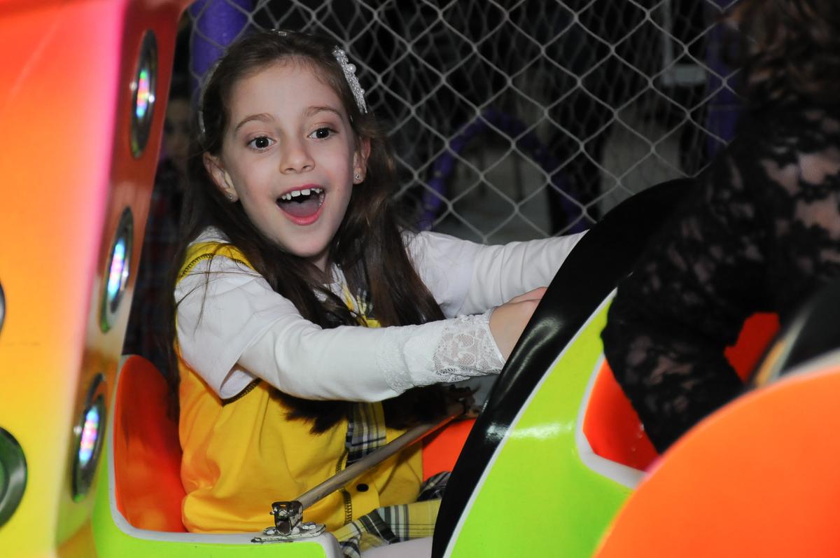 Lara no carrinho no Buffet Zezé e Lelé