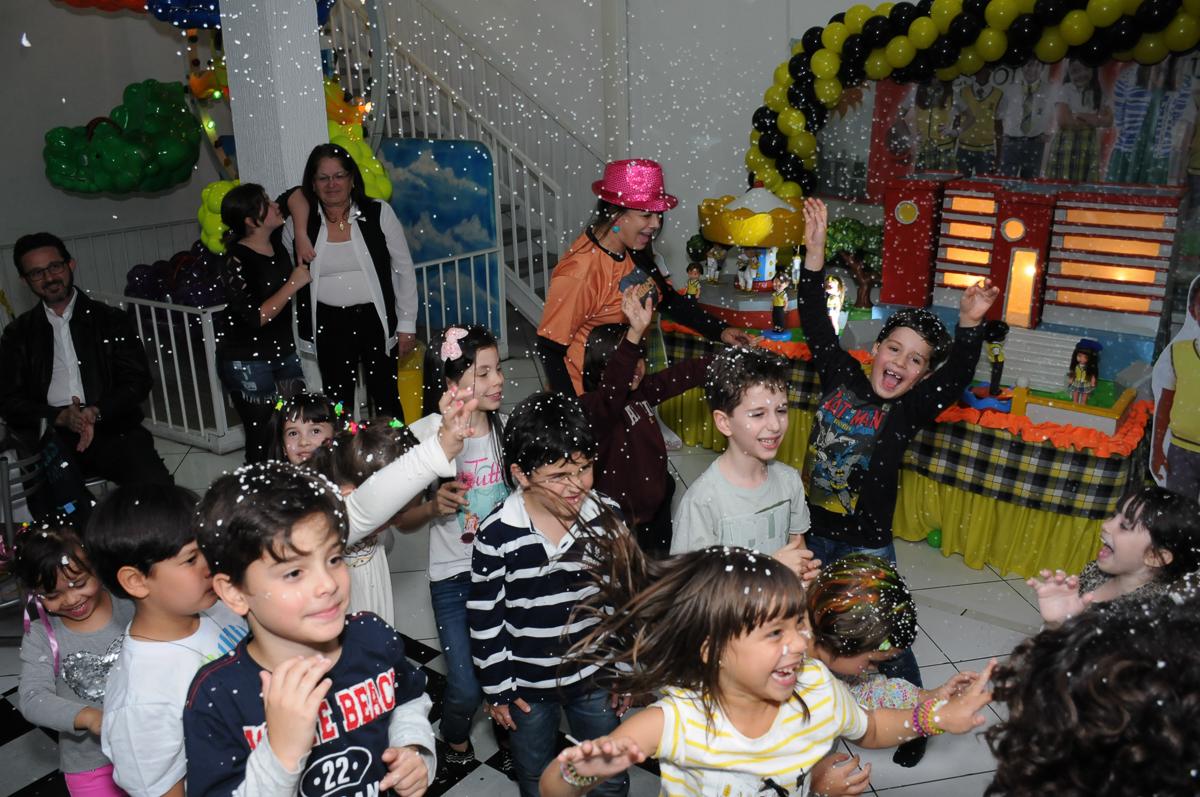 show na festa de Lara no Buffet Zezé e Lelé