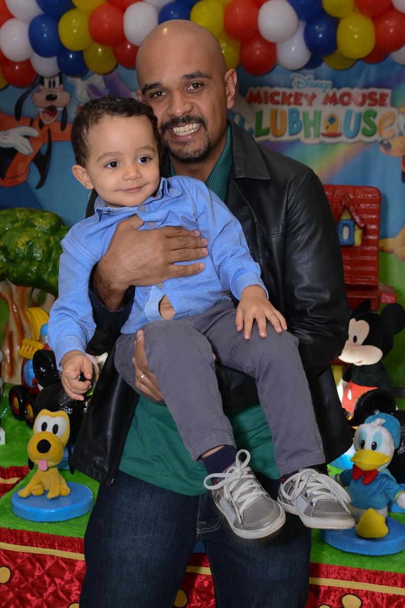 Matheus e o papai na mesa do mickey no Buffet Fábrica da Alegria, Morumbi