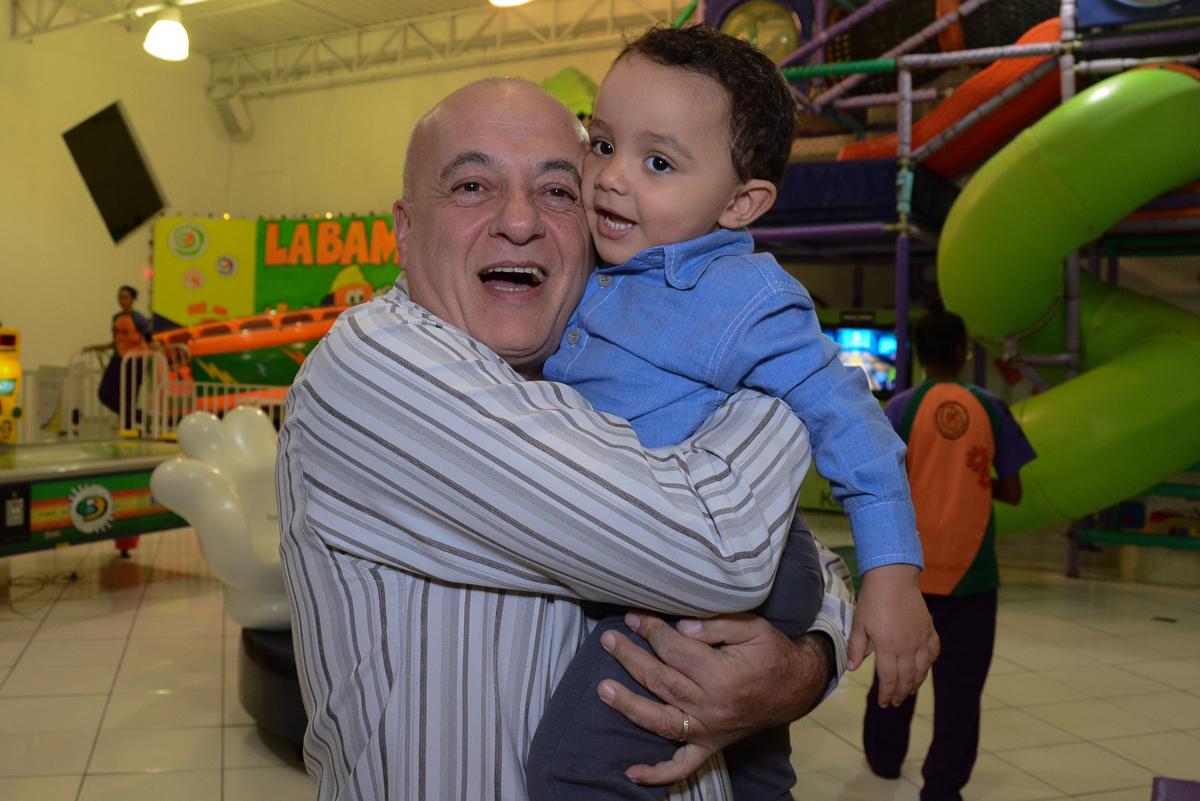 Matheus com o vovô no Buffet Fábrica da Alegria, Morumbi